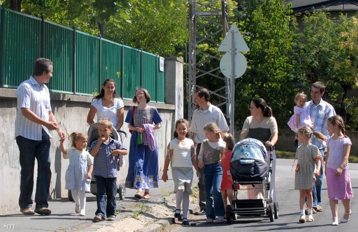 Nagycsaládosok mennek szavazni a Baross Gábor telepen az európai parlamenti választáson.