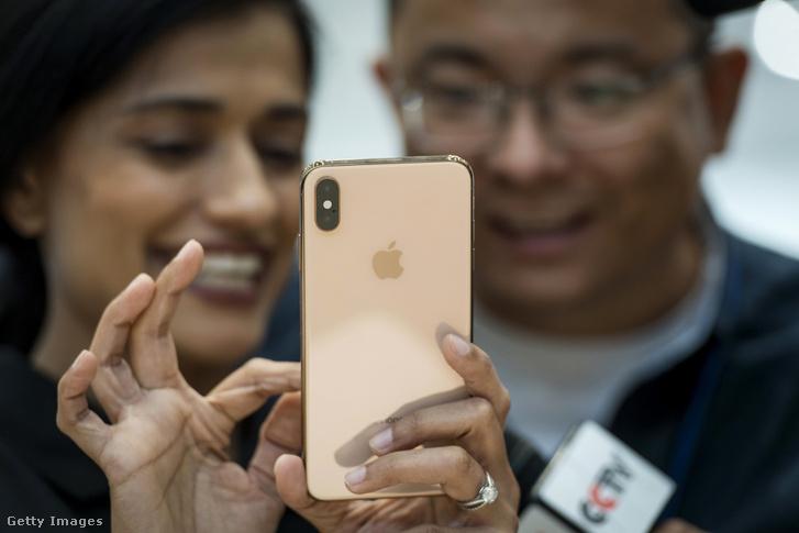 iPhone XS Max telefont mutatják meg egy eseményen Cupertinoban 2018. szeptember 12-én
