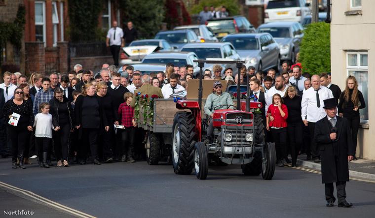 A halottaskocsit egy traktor követte.