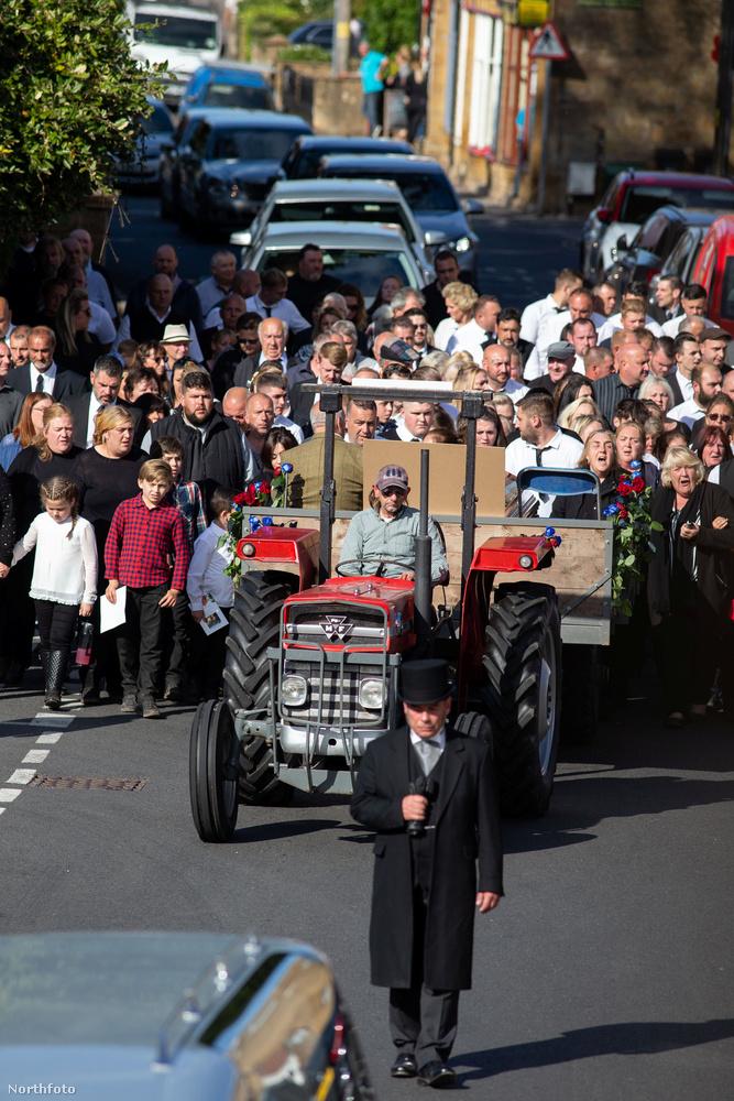 A traktort pedig a gyászolók menete követte, azt pedig egy sor luxusautó
