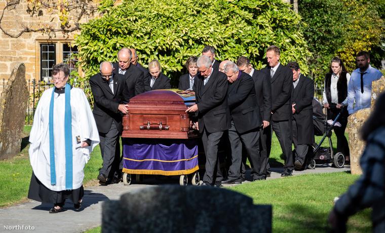 A menet egy óra alatt jutott el a templomig, ahol a gyászszertartást tartották.