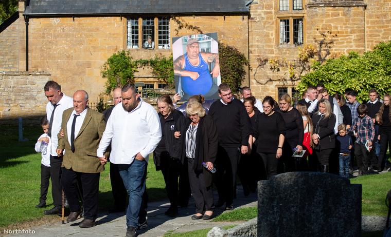 A gyászolók Nagy-Britannia egész területéről gyűltek össze.