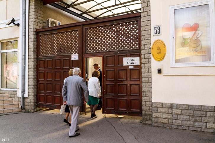Szavazók érkeznek a beregszászi magyar konzulátuson kialakított szavazóhelyiségbe Kárpátalján 2016-ban