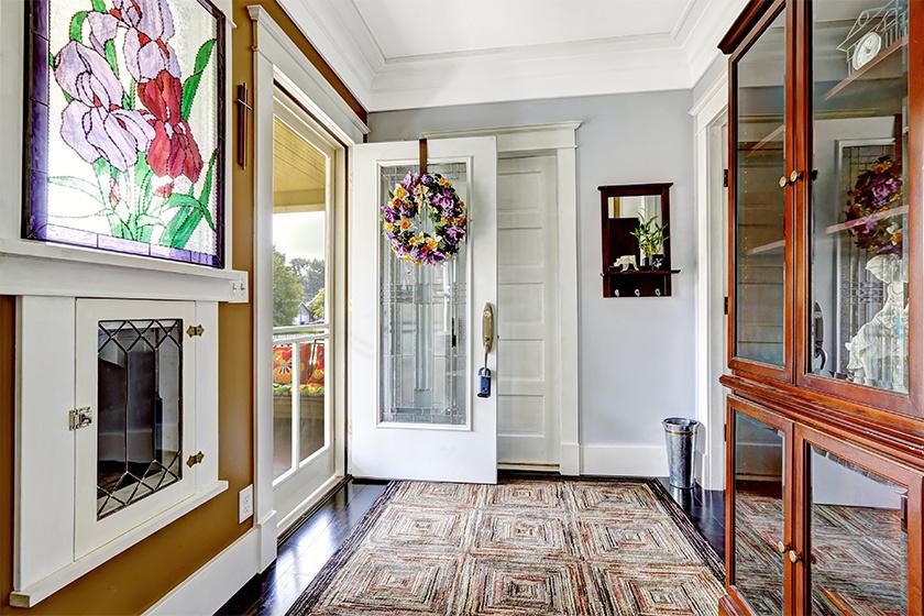 A bejárati ajtó, mint a feng shuiban is, a vastu shastrában is fontos, de utóbbiban nem a déli, hanem az északi és keleti elhelyezkedés jó. A bejárati ajtó előtt ne legyen akadály, ne legyen mellette közvetlenül fürdőszoba, és ne málljon a festék az ajtó körül - tartja a vastu shastra. Az ajtó színe legyen világos, mérete minél nagyobb, jellege hívogató.
