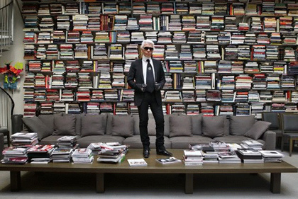 Könyvtára 300 ezer kötetből áll