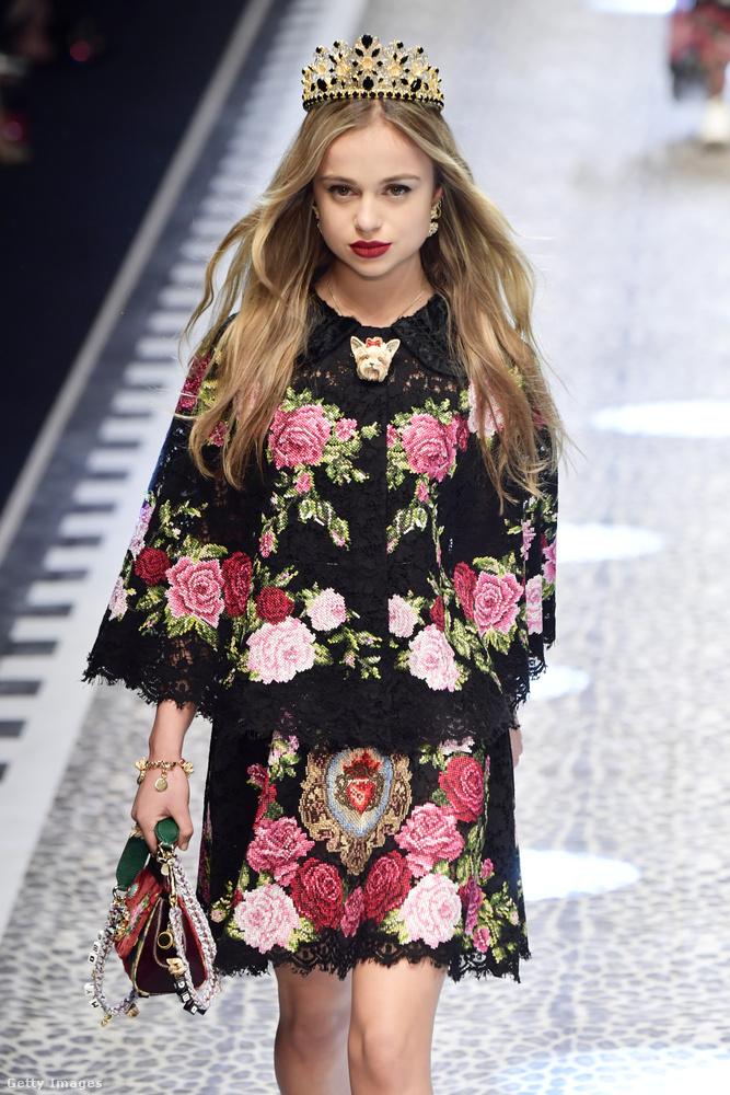 De visszatértve a mába, mit lehet még tudni Amelia Windsorról? Persze azon kívül, hogy kétségtelenül nagyon szép, amit szívesen megmutat a kifutón is, itt például a Dolce Gabbana rendezvényén.