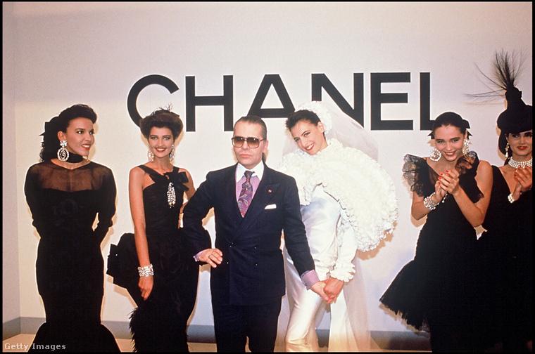 Ugyan a két egymásba kapcsolodó C betű Coco Chaneltől ered, de Karl Lagfeld volt az, akinek köszönhetően az egyik legismertebb logó lett a világon, hiszen az 1980-as évektől kezdve mindenre rápakolta, amire csak lehetett