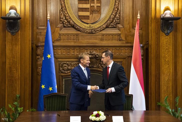 Varga Mihály pénzügyminiszter (j) és Vazil Hudák, az Európai Beruházási Bank (EIB), az EU finanszírozó bankjának szlovák alelnöke megállapodást írt alá Budapesten 2018. október 4-én.