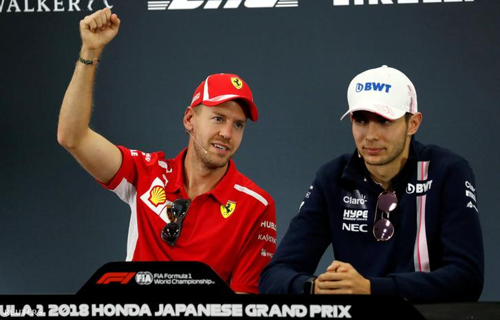 Vettel épp magyaráz a sajtótájékoztatón