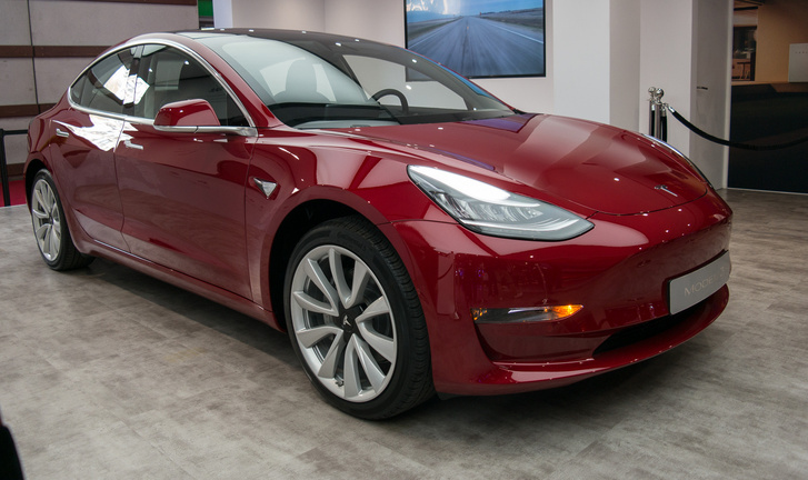 Íme az elkordonozott példány. Amúgy a Tesla nem is fárasztja magát a metrikus, EU-szabvány szerinti adatok megadásával