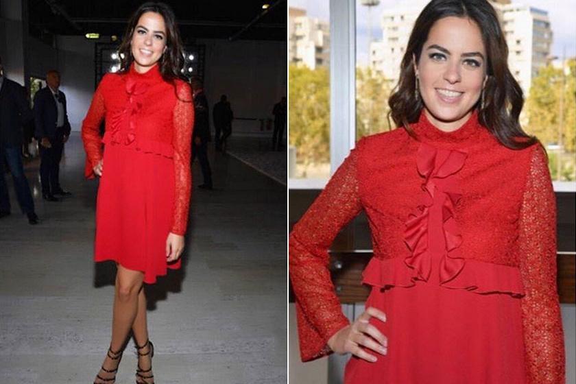 Ebben a gyönyörű, piros ruhában Giambattista Valli divatbemutatóján jelent meg.