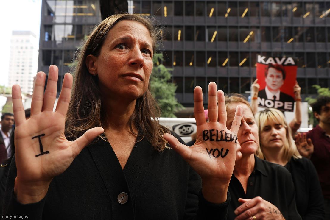 Brett Kavanaugh bíró kinevezése ellen tüntetők New Yorkban, Christine Blasey Ford meghallgatásának idején 2018. szeptember 27-én