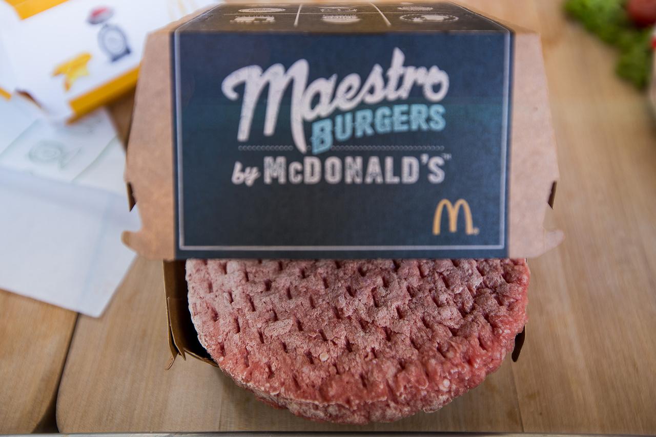 A burgerpogácsák alapanyaga nem tartalmazhat semmiféle beazonosíthatatlan nyesedéket, húspépet. A gyártás során hűtött és fagyasztott marhahús keverékét használják, erre azért van szükség, hogy beállítsák a formázáshoz szükséges optimális hőmérsékletet. A kész húspogácsák ugyanolyan átmérőjűek, vastagok és tömegűek. A pogácsákat mínusz 18 fokra hűtik, és ezen a hőmérsékleten tartják egészen a megsütésükig. Semmilyen fűszert nem tartalmaznak, csak a kisütés után ízesítik őket, ekkor is csak csipetnyi só és bors keverékével.