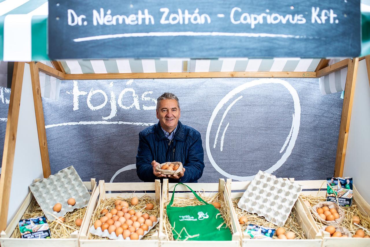 A McDonald's nem vesz át ketreces tartású tyúkoktól származó tojásokat, csakis mélyalmosat, vagy szabad tartásút. A cég előírása szerint az M-es és L-es méretűeket használják. A Capriovus Kft. a Meki kizárólagos tojásbeszállítója, több mint egy évtizede. Évente 3 millió darab mélyalmos tartásból származó tojással járul hozzá a McDonald's reggeli termékeihez. A tojásokat fertőtlenítik mielőtt becsomagolnák és szállítanák. A cég vezetője, Dr. Németh Zoltán szabadalmaztatta azt az új, vegyszermentes, hőkezelésen alapuló fertőtlenítő eljárást, amit várhatóan a többi európai beszállító is átvesz majd.