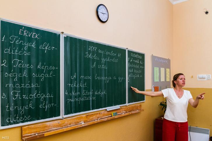 Simon-Árpa Zsuzsanna magyar nyelvórát tart a 9. a osztály tanulóinak az Ungvári 10. Számú Dayka Gábor Magyar Tannyelvű Középiskolában 2017. szeptember 11-én.