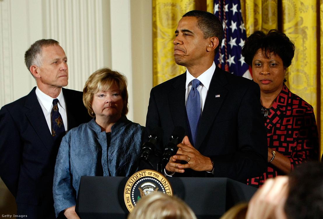 Barack Obama a törvény elfogadása után tartott sajtótájékoztatón, a háttérben bal oldalon Matthew szülei