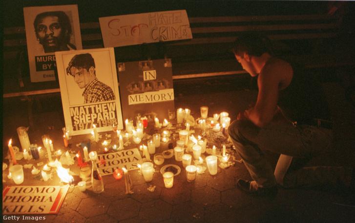 Gyertyás virrasztás a gyilkosság után 1998 októberében