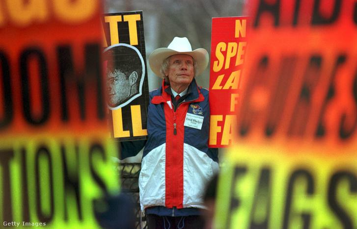 Melegellenes tüntető a bíróság épülete előtt a tárgyalás idején 1999 májusában