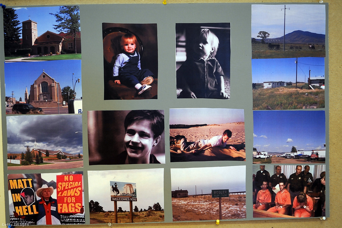 """Matthew Shepard életéhez és meggyilkolásához fűződő fotókból készült tabló a """"The Laramie Project"""" című színdarab próbatermében. A jobb alsó sarokban az elkövetők láthatók a gyilkosság tárgyalásán."""