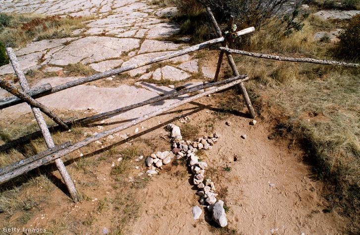 Kövekből kirakott kereszt a gyilkosság helyszínén 1999 októberében