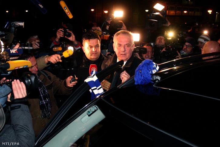 Ivo Sanader korrupcióval vádolt volt horvát miniszterelnök nyilatkozik miután kiengedték a remetineci börtönből Zágrábban 2015. november 25-én.