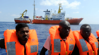 Letiltották a mentő hajót a Földközi-tengeren, a civilek indítottak egy újat