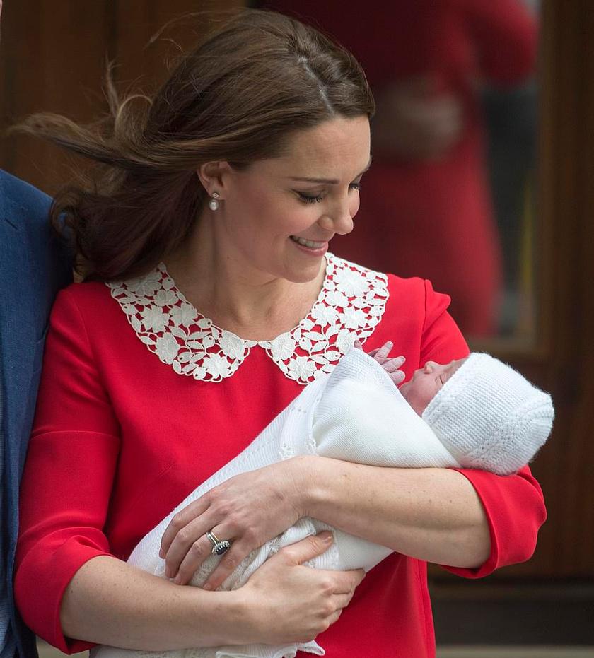 A pillanat, amikor Katalin hercegné és az újszülött Lajos herceg elhagyták a kórházat.