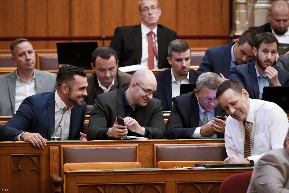 Pintér Tamás, Z. Kárpát Dániel, Szilágyi György frakcióvezető-helyettes és Volner János frakcióvezető-helyettes az Országgyűlés plenáris ülésén 2018. július 16-án