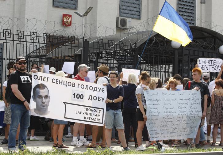 A bebörtönzött Oleh Szencov ukrán filmrendezõ szabadon engedését követelõ tüntetõk a kijevi orosz nagykövetség elõtt 2018. augusztus 21-én.