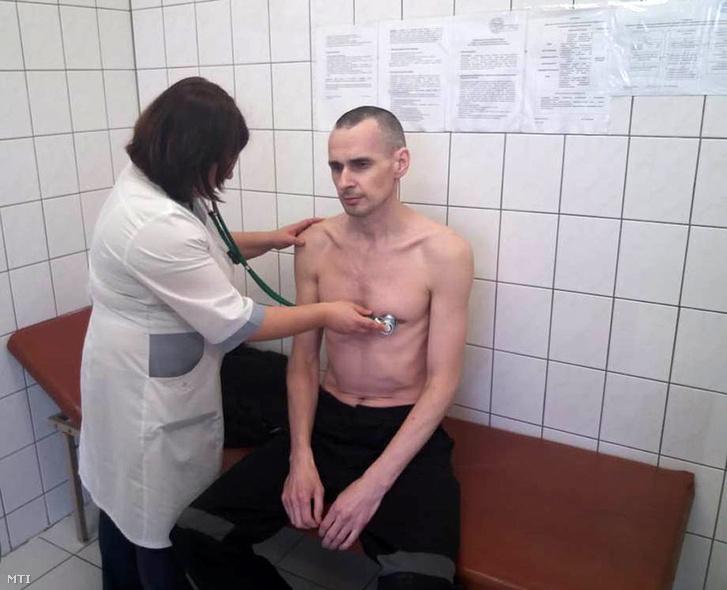 Oleh Szencov ukrán filmrendező orvosi vizsgálat közben szeptember 28-án.