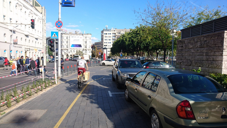 Így zabálják fel a parkoló autók Budapest egyik főterét