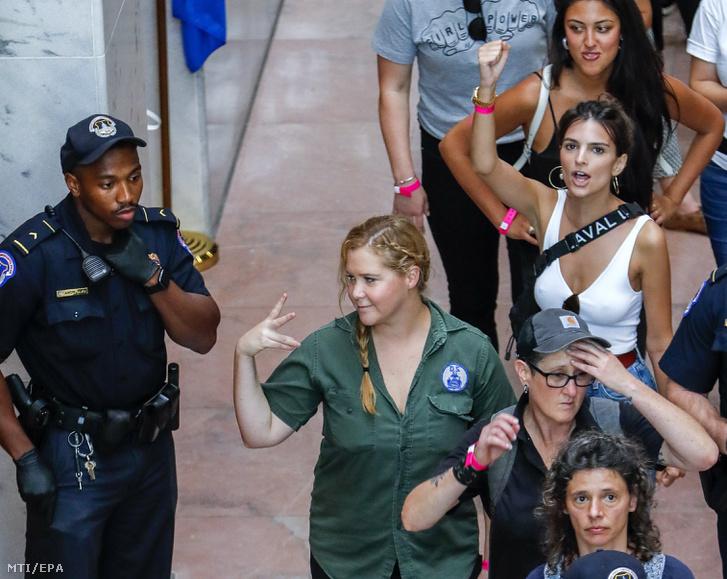Amy Schumer amerikai komikus, színésznő (k, zöldben) és Emily Ratajkowski amerikai modell, színésznő (j, fehérben), miután letartóztatták őket és társaikat a Brett Kavanaugh amerikai főbírójelölt kinevezése elleni tüntetésen a szenátus Hart irodaépületében, Washingtonban 2018. október 4-én.