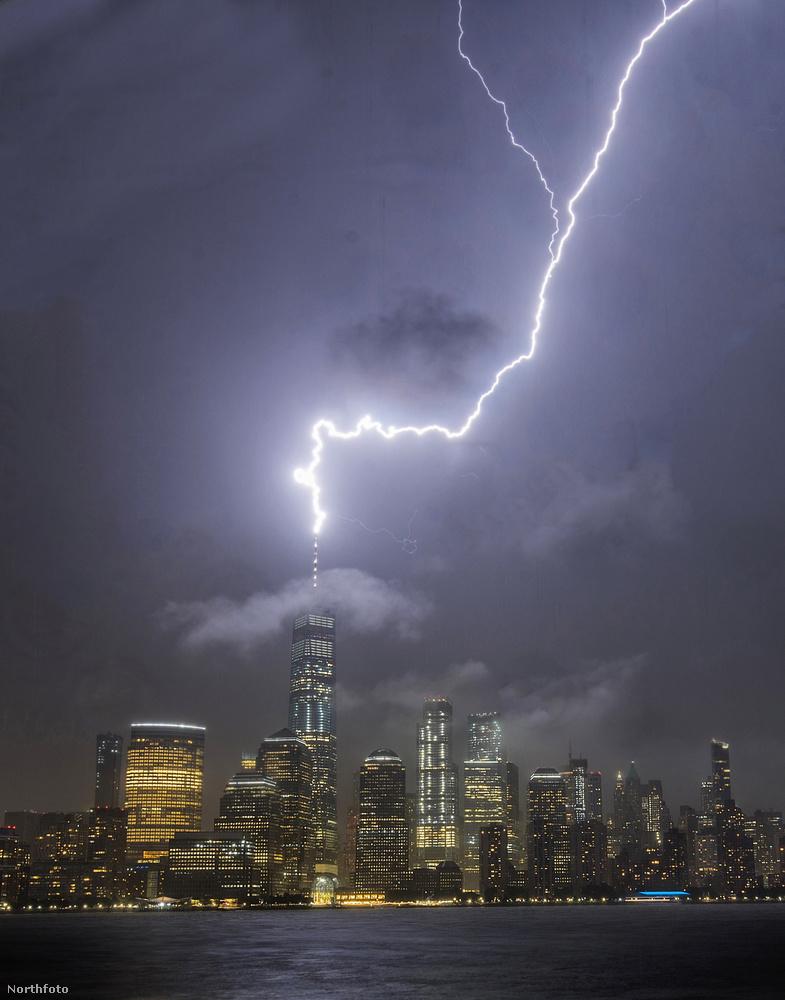 Kedd éjszaka villám csapott a One World Trade Centerbe New Yorkban