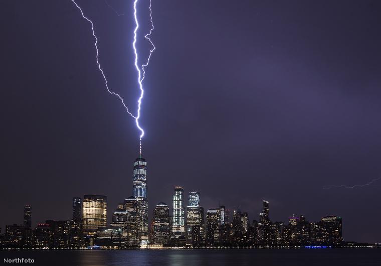 Amint a fotókon is látszik, az október 2-án, éjszaka érkezett vihar során többször is volt villámlás, összesen 17-szer csapott bele a villám a toronyba