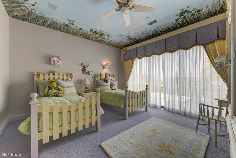 A Shrek-figurákkal díszített szoba a gyerekszoba