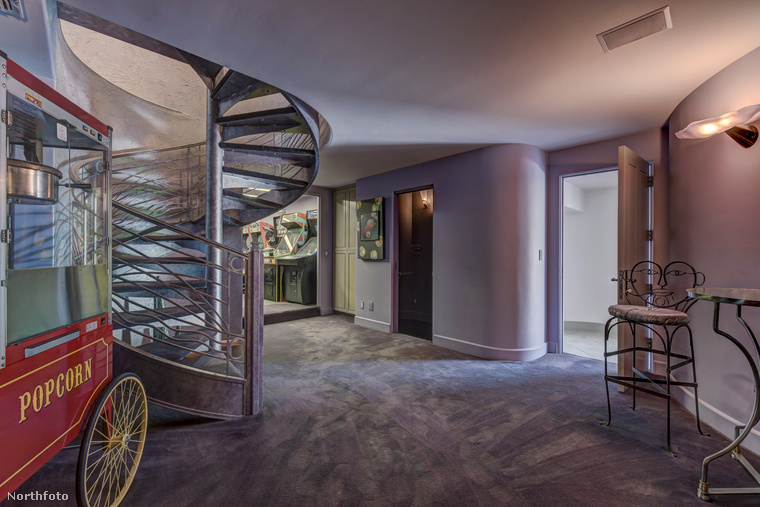 Ez a lila padlószőnyeg a plázák mozijainak (vagy a nemzetközi hotelláncok folyosóinak) személytelenségét varázsolhatja az ön otthonába is! A mozis hangulathoz persze jól jön egy popcorngép is.