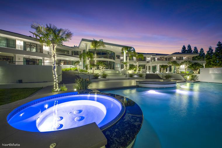 Ha valaki aggódott volna: igen, a jacuzzit és a medencét ki lehet világítani, szóval simán éjszakába lehet itt nyúlni a medencés partikkal! (Csak vigyázat, a Gucci fürdőruha itt nem viselhető!) Ha ön szereti a lila színt és van pont felesleges 2,8 milliárdja, akkor szerintünk keressen fel egy jólmenő kaliforniai ingatlanost még ma!
