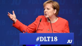 Merkel: A konzervatívoknak középre kell tartaniuk