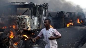 Lángra lobbant ütközés után egy tartálykocsi Kongóban, sokan meghaltak