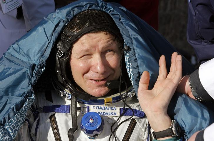 Gennagyij Padalka orosz űrhajós néhány perccel a landolás után Kazahsztánban, 2009. október 11-én.