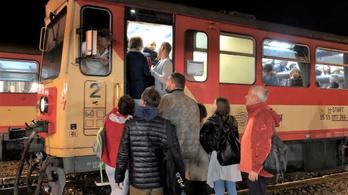 Nem volt elég hely a vonaton, kutyás rendőrök szedték le a tömeget