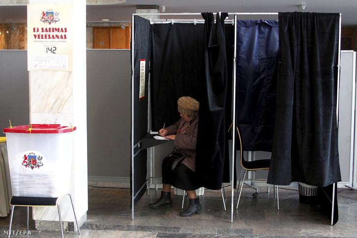 Voksoló nő egy rigai szavazóhelyiségben a lett parlamenti választások napján 2018. október 6-án.