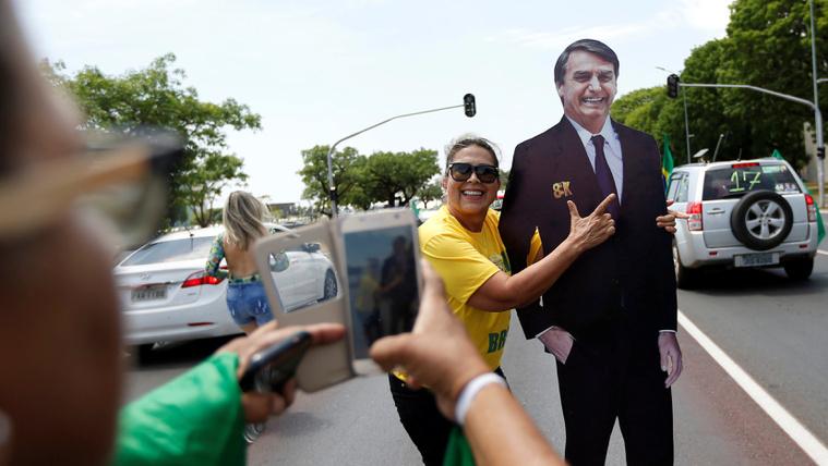 A legnépszerűbb politikus börtönben, a választás esélyese késelés miatt kórházban