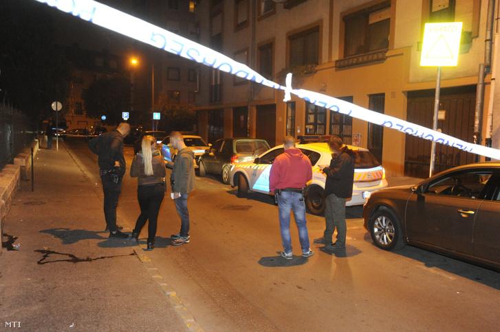 Lövöldözés helyszíne a főváros VIII. kerületében 2018. október 7-én hajnalban. Több lövést is leadtak, amikor két család között elfajult egy üzleti vita. A támadók feladták magukat.