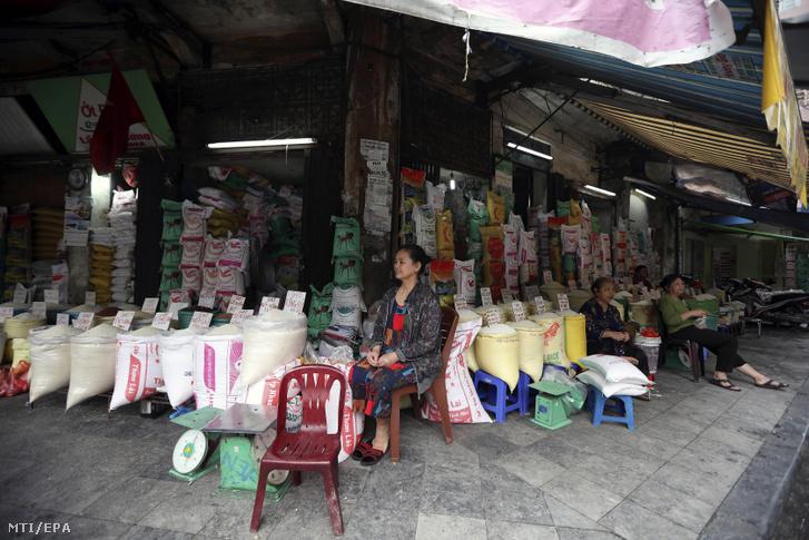Rizsárusok Hanoiban 2018. április 12-én. A vietnami mezőgazdasági és vidékfejlesztési minisztérium szerint az indokínai ország 3,6 millió tonna rizst exportált 2018 első félévében, 42 százalékkal többet mint az előzőév azonos időszakában.