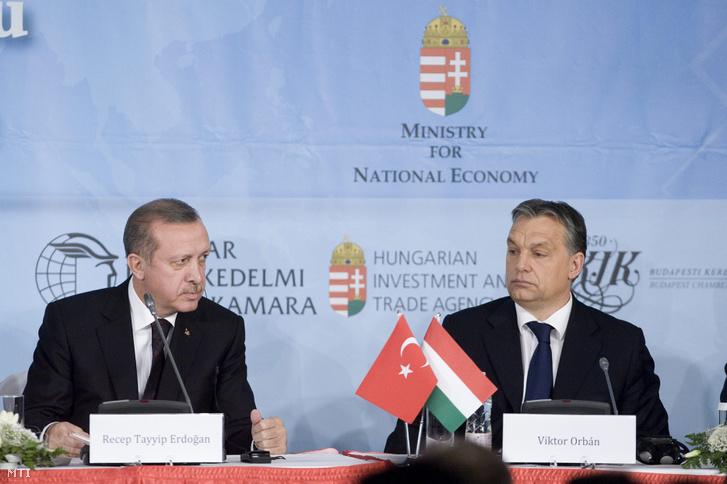 Recep Tayyip Erdogan török (b) és Orbán Viktor magyar miniszterelnök a magyar-török üzleti fórumon Budapesten, a Marriott szállóban 2013. február 5-én.