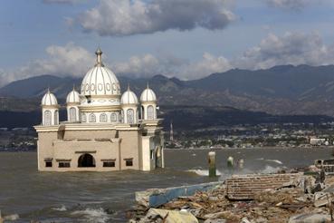 Vízben álló mecset a földrengés sújtotta indonéziai Celebeszen (Sulawesi) fekvõ Paluban