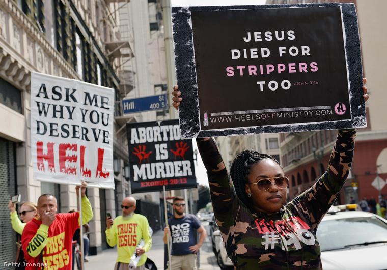 Az egyik felvonuló Jézust is belekeveri a dologba, miközben hevesen tiltakozik néhány ellentüntető a háttérben.
