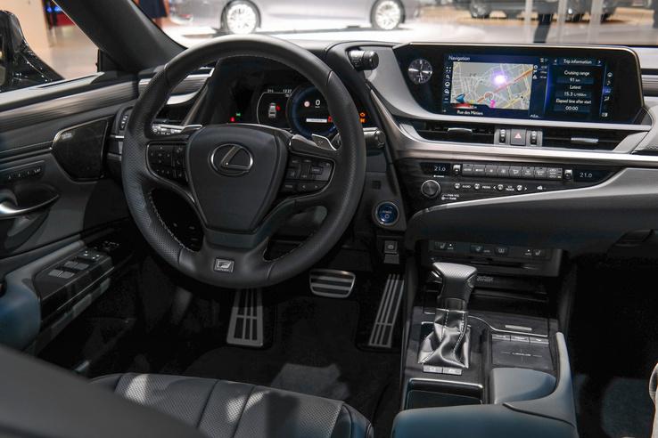 Lehet nem szeretni a Lexus kezelőrendszert, de minőségben bőven a Camry fölött van