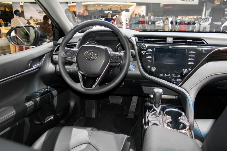A Toyota közelmúltbéli dizájnja még itt van a Camryben, ezt a modell tavaly januárban mutatták be